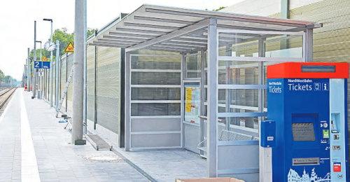 Es kann losgehen: Ticketautomat, Fahrplan, Wetterschutzdach und Bahnsteiguhr sind montiert. In den vergangenen Tagen wurden letzte Vorbereitungen getroffen. (Foto: Michael Tietz)