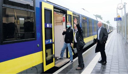 Einstieg mit Hindernissen: Andy von Garrel (links) und Rainer Portius werden vom Gemeinderatsvorsitzenden Johann Scholtalbers (SPD) verabschiedet. Sie sind die ersten Fahrgäste, die von Jaderberg aus mitgefahren sind. BILDER: WOLFGANG BÖNING